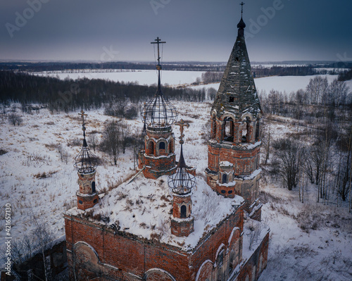 Fotografía Semi-destroyed domes of the Church of the Resurrection of Christ in winter in Os