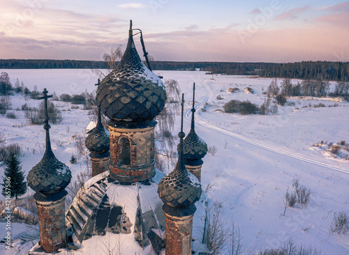 Valokuva Semi-destroyed dome crosses of the abandoned church in the Yaroslav region in wi