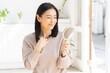髪を気にする日本人女性のポートレート
