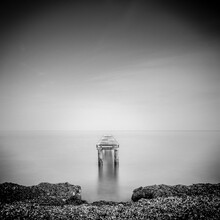 Vue En Perspective D'un Ponton Pour Bateau Abandonné Qui S'avance Dans La Mer. Photographie En Noir Et Blanc En Pose Longue