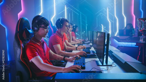 Stampa su Tela Shot of a Concentrated Esport Team of Pro Gamers Play in Video Game on a Championship Arena
