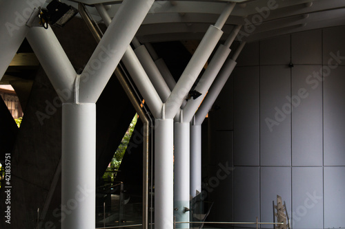 Foto Low Angle View Of Illuminated Colonnade In Building