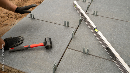 Fotografia Expert workman laying patio slabs in garden makeover