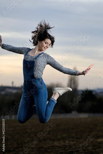 Photo Young beautiful dancer jumping high up and smiling
