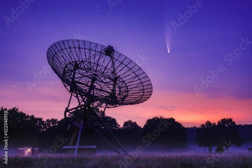 Canvas Print Neowise Comet Passing Radio Telescope Park At Night