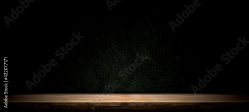 Photo Empty wooden table on black, dark and gray abstract stone wall,studio room gradi