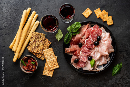 Foto Appetizers with differents antipasti, charcuterie, snacks and red wine
