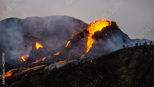 Fotografia A small volcanic eruption at Mt Fagradalsfjall, Southwest Iceland - only about 30 km away from the capital of Reykjavík