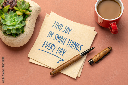 Tablou Canvas find joy in small things every day - inspirational handwriting on a napkin with