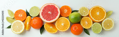 Photo Fresh citrus with leaves on white background, top view