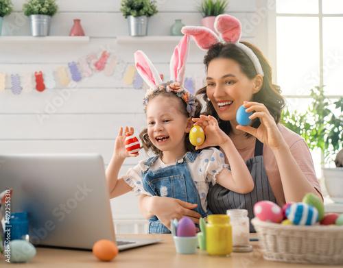 Stampa su Tela family preparing for Easter