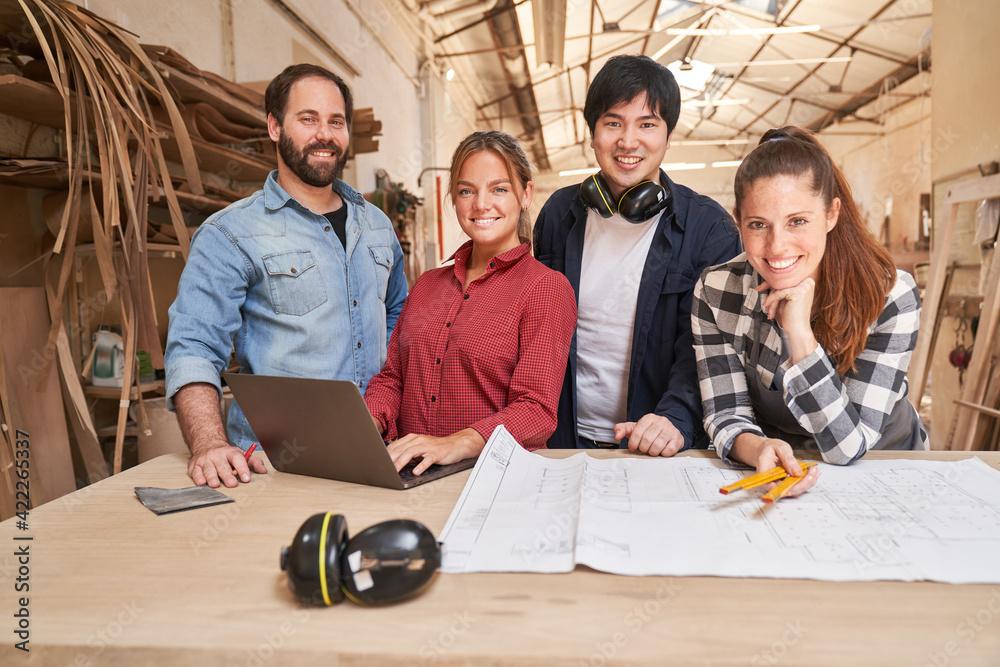 Fototapeta Junges Handwerker Start-Up Team mit Laptop