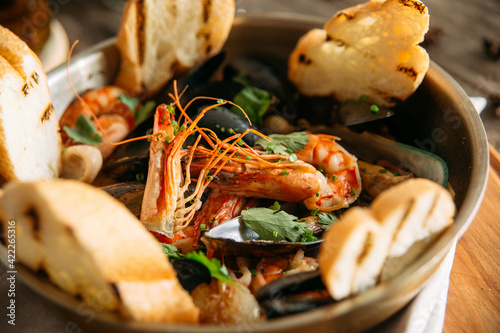 Canvastavla Closeup on assorted seafood basket bowl with toasted bread
