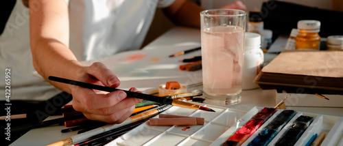Fotografia Woman painting a picture with a brush