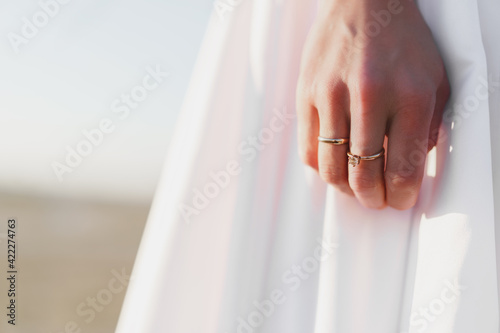 Hand of a bride with golden ring Fototapet