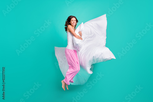 Photo Full length photo of shiny charming young woman sleepwear jumping embracing pill
