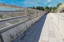 Pasarela Peatonal Sobre Carretera Que Une Un Parque Con El Museo De La Ciencia En Valladolid