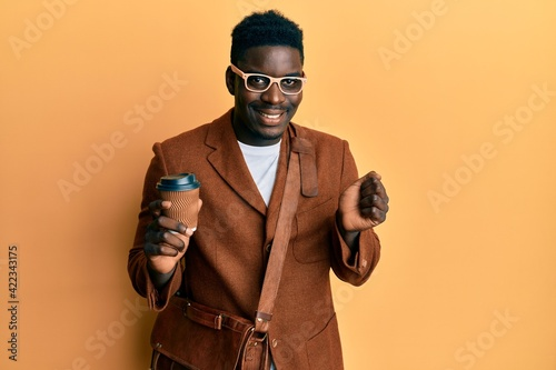 Papel de parede Handsome black man wearing business bag and drinking coffee screaming proud, cel