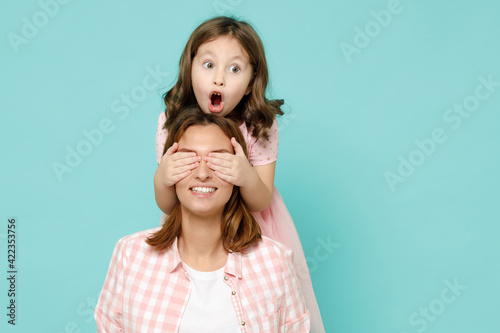 Happy woman in pink clothes have fun with child baby girl 5-6 years old Mommy li Fototapete