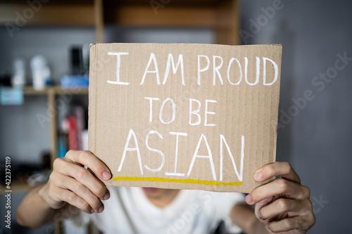 Valokuvatapetti A man holding I am proud to be Asian sign