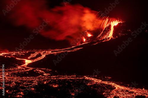 Fotografiet Fagradalsfjall volcanic eruption at night in Reykjanes peninsula around 40 kilom