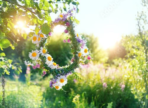 Carta da parati rustic wildflowers wreath on sunny meadow