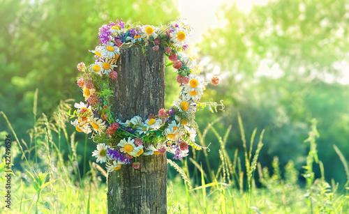 Fotografia rustic wildflowers wreath on sunny meadow