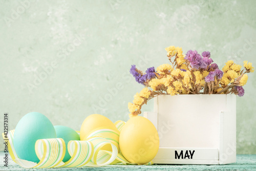 Fototapeta cube calendar for easter on table decorated with colorful eggs obraz