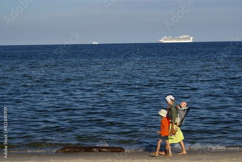Fototapeta wakacje nad morzem spacer rodziny obraz