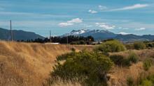 Día Soleado En El Campo Con Montes De Fondo.