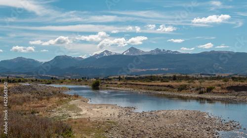 Fototapety, obrazy: Día soleado en el campo con montes de fondo.