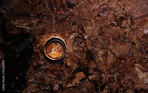 anillos de oro, con fondo textura