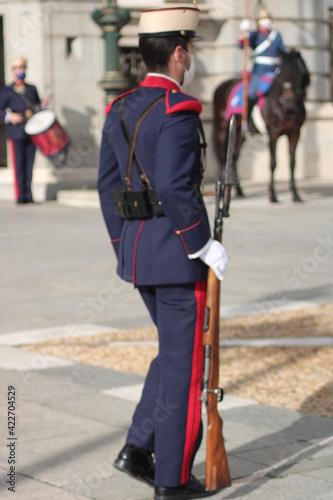 Foto Soldado Guardia Real en el Palacio Real de Madrid con fusil y bayoneta