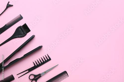 Billede på lærred Set of hairdresser's tools on color background
