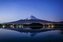 早朝の山梨県の河口湖と富士山