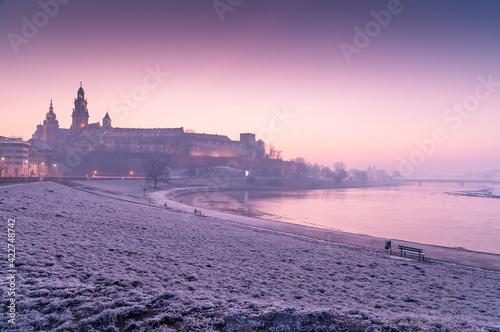 Fototapeta Wschód słońca nad Zamkiem Królewskim na Wawelu, Kraków, Polska obraz