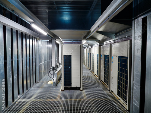 Tela Sala de maquinas de un conjunto de unidades de climatización y silenciadores acú