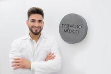 Despacho Médico Médico Estético Consulta Hospital Sonriente Sonrisa Dentista Botox Labios Aumento De Labios Aumento De Labios Volumen Esteticista Bienestar Salud Belleza Blanco Amable Esperando