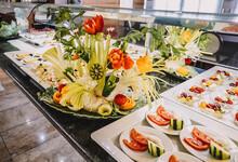 Mesa De Buffet Libre De Hotel Con Mucha Variedad De Frutas