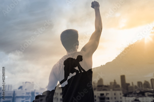 Fotografia Strong man reaching the top of mountain never giving up