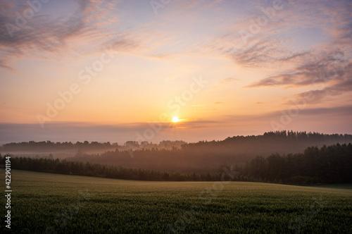 Foto 夏の美瑛町美馬牛の日の出の風景