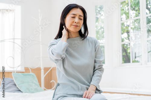 Canvas ベッドで過ごすミドル女性