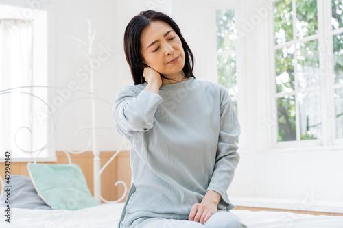 Foto ベッドで過ごすミドル女性