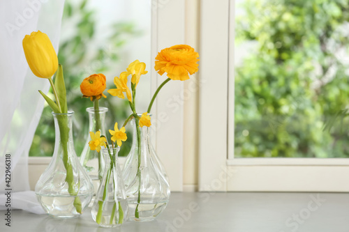 Fotografia Beautiful fresh spring flowers on window sill indoors