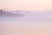 朝霧かかる朱鞠内湖の風景