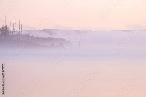 Fototapeta 朝霧かかる朱鞠内湖の風景  obraz