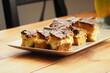 Słodkie warstwowe ciasto na drewnianym stole