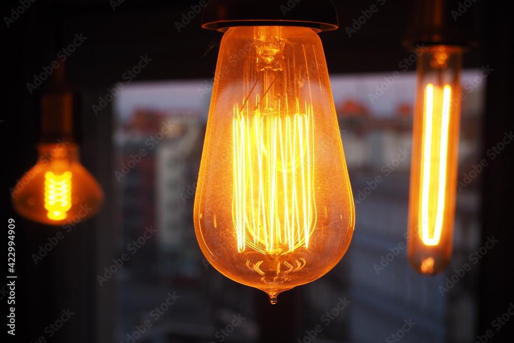 Fototapeta Lampy Edisona na ciemnym rozmytym tle w mieszkaniu