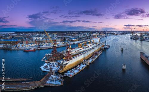 Fotografia Ship repair and maintenance docks in beautiful sunset colors