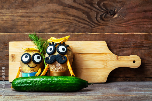 Canvas Print funny potato head with face on wooden background